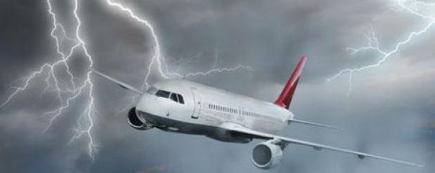 Над Римом молния ударила в пассажирский самолет, отказал двигатель