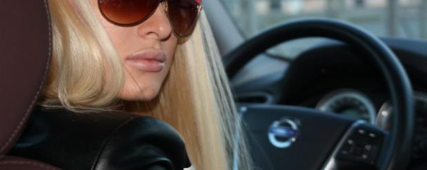 В Казани появилось видео, где молодая и достаточно симпатичная блондинка запечатлена за рулем автобуса