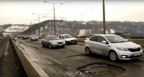На Молитовском мосту сейчас проводится ямочный ремонт