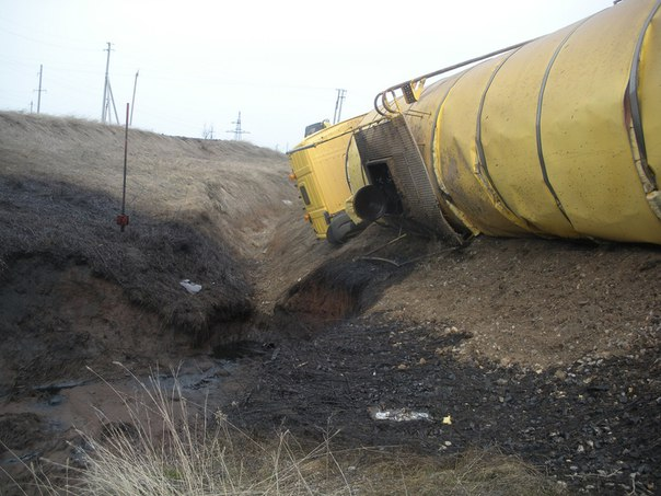 В Бавлах перевернувшийся нефтевоз стал причиной загрязнения 500 кв. м почвы [ФОТО]
